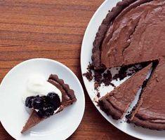 Supergod och mäktig chokladcheesecake där botten görs på chocolate chip cookies. Kakan fylls sedan med en saftig blandning av choklad, kesella, färskost, socker och ägg. Avnjut med tillbehör som körsbärssylt och vispad grädde.
