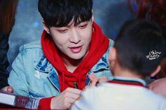 171029 #EXO #Yixing (#Lay) @Shenzhen fan sign with the cute kid omg <3