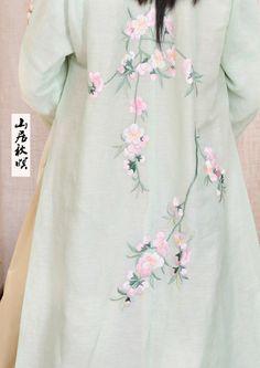汉服商家―山居秋暝,2014年10上新,青色桃花绣花长褙子背面图,这款名为桃夭