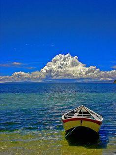 Lago Titicaca, entre Perú and Bolivia,  3800 metros por encima del nivel del mar... Puedes alquilar un barquito y navegar el lago a más altura del mundo!