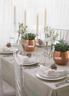 Eine Tischdekoration mit Sukkulenten und Kupfer – einfach immer schön. Alle Bilder, die Gastgeschenke, Platzkarten und die Serviettenfaltung zu dieser Deko findet ihr im Blog. https://www.weddingstyle.de/tischdekoration-mit-sukkulenten-und-kupferfarbenen-vasen/?utm_campaign=coschedule&utm_source=pinterest&utm_medium=weddingstyle&utm_content=Tischdekoration%20mit%20Sukkulenten%20und%20kupferfarbenen%20Vasen