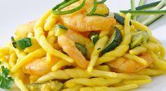 """INGREDIENTI: 500 gr di pasta tipo """"TROFIE"""" 2 zucchine 350 gr di gamberetti sgusciati prezzemolo q.b 1 bustina di zafferano sale e pepe olio q.b. due gocce"""