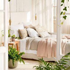 Dormitorio con ropa de cama en blanco, crudo y plaid gris