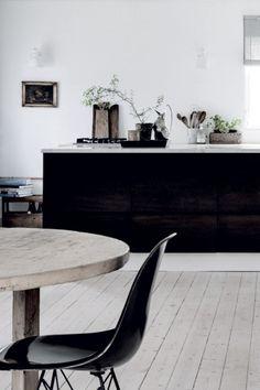 Det här bilderna från Tisvilde i Danmark har de rätta septembervibbarna tycker jag. På gränsen för romantiskt för min smak men på ett sommarställe funkar det ändå. Finaste stolarna till landet är Ikeas gamla klassiker tycker jag. Lampan från Maison Margiela som stått på min önskelista i evigheter… Så fin här. … Continued