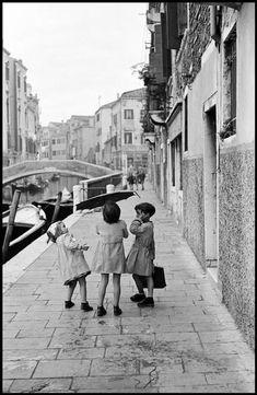 Inge Morath © The Inge Morath Foundation Italy. Old Photos, Vintage Photos, Inge Morath, Regions Of Italy, Street Portrait, Famous Photographers, Magnum Photos, New York, Venice Italy