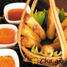 O Chả giò é uma versão de rolinho primavera da culinária vietnamita. A massa é feita com farinha de arroz, e geralmente é recheada com carne de porco moída. Veja mais em www.hashitag.com.br