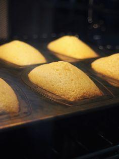 しっとりと優しい味わいで はちみつがほのかに香るマドレーヌ。 幼馴染のウェディング用に考えたレシピです。 1つ1つ丁寧にラッピングして、 バスケットやお気に入りの缶に詰めれば 素敵な贈りものの出来上がり。 Dessert Recipes, Desserts, Tea Time, Muffin, Food And Drink, Sweets, Bread, Snacks, Baking