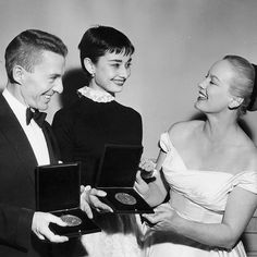 Audrey Hepburn winning a Tony for Best Performance by a Leading Actress in a Play, granted by her work in Ondine. In the picture, taken by Frank Mastro on March 28, 1954, are also the winner David Wayne and the actress Faye Emerson.