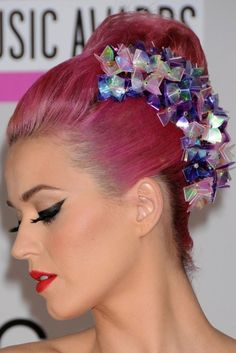 Katy Perry's pink hairstyle is everything, so obsessed with the color and jewelry detail. Bonus her winged liner is also killer.