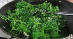"""(圖片來源www.meishij.net)近年來,在歐美、日本、香港等地掀起一股""""番薯葉熱""""。用番薯葉製作的食品,擺上了酒店、飯館的餐桌。在中國各城市超市都見不到有賣番薯葉,原本農民收穫番薯後都是將葉用作餵牲畜的飼料。下面就讓我們一起來見識下番薯葉的強大功效吧。一、排毒含豐富葉綠素,能夠""""淨化血液"""",幫助排毒。"""
