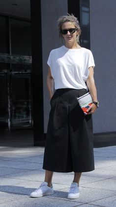 The best street style to inspire your work wardrobe Black Cullotes Outfits, Cullotes Outfit Casual, Cool Street Fashion, Look Fashion, Street Style, Fashion Blogs, Girl Fashion, Fashion Trends, Long Black Skirt Outfit