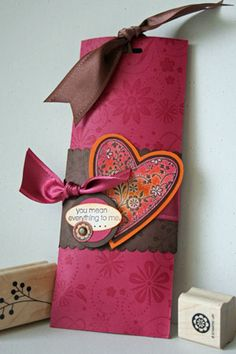 Splitcoaststampers - Pull Treats Project Tutorial by Beate Johns A change from the regular decorative wrapper. Candy Crafts, 3d Paper Crafts, Paper Crafting, Valentine Day Crafts, Valentines, Craft Box, Craft Sale, Candy Bar Wrappers, Treat Holder