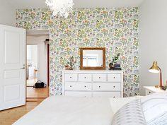 Là encore, base blanche, parquet clair et un seul mur de papier peint coloré (toujours avec un fond blanc)