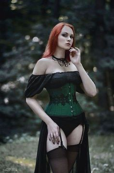 Top Gothic Fashion Tips To Keep You In Style. As trends change, and you age, be willing to alter your style so that you can always look your best. Consistently using good gothic fashion sense can help Punk Girls, Hot Goth Girls, Goth Beauty, Dark Beauty, Fashion Outfits, Fashion Clothes, Fashion Tips, Style Fashion, Style Clothes