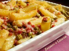 La pasta al forno prosciutto e piselli è un fantastico primo piatto che può essere preparato in anticipo ed infornato solo all'ultimo momento. Comodissima!