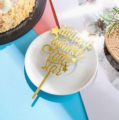 Shop nu deze mooie 'Twinkle Twinkle Little Star' cake topper van acryl. Leuke taartversiering voor bijvoorbeeld een baby shower, geboortetaart of 'sterren' thema. Deze taarttopper is 10 centimeter breed en heeft een totale hoogte van 18 centimeter.