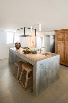 a simple concrete kitchen island with a breakfast space is also an industrial id… - Kitchen - Best Kitchen Decor! Outdoor Kitchen Countertops, Concrete Countertops, Kitchen Flooring, Concrete Floors, Concrete Bench, Poured Concrete, Kitchen Interior, New Kitchen, Kitchen Decor