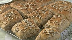 Her har du oppskrift på lette brytebrød som vi kan anbefale på det varmeste. Du slipper å bake ut hver enkelt rundstykke og skjærer heller bare opp deigen i. Cottage Cheese, Food For Thought, Scones, Rolls, Food And Drink, Baking, Eat, Slipper, Buns
