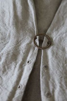 Brooch through eyelets as fastener. Diy Clothing, Sewing Clothes, Sewing Hacks, Sewing Projects, Techniques Couture, Buttonholes, Fashion Details, Refashion, Dressmaking