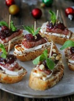 cranberry, brie and prosciutto crostini with balsamic glaze is a delicious idea for those who love meat Thanksgiving Appetizers, Holiday Appetizers, Appetizer Recipes, Wedding Appetizers, Tapas Recipes, Canapes Recipes, Canapes Ideas, Tapas Ideas, Gourmet Appetizers
