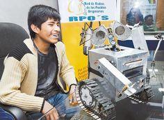 Esteban Quispe - muestra a Wall-Ekitt, el 'amigo' que llevará a la olimpiada robótica.