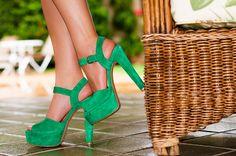 Nada mais alegre que um look com sapatos de cores vibrantes!
