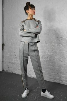 New in : Paul & Joe Sister Derek Gris Pants Sporty Outfits, Mode Outfits, Fashion Outfits, Fashion Hacks, Sport Chic, Paul & Joe Sister, Paul Joe, Sport Fashion, Fitness Fashion