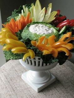Eddie Ross does a beautiful crudite & dip presentation. Party Trays, Snacks Für Party, Appetizers For Party, Party Drinks, Christmas Appetizers, Veggie Tray, Veggie Display, Veggie Dips, Veggie Platters