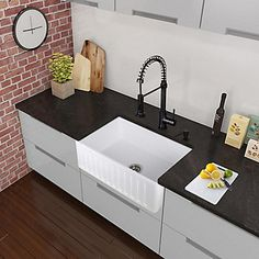 Faites impression dans votre cuisine en ajoutant ce robinet élégant VIGO. Finition noir mat et construction en laiton massif qui garantit une longue durée de vie. Le robinet comporte une douchette à spirale extensible à double fonction, permettant un jet puissant ou plus aéré.