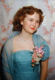 Glamorous Photos That Defined Prom Dresses Through the Years of the ~ vintage everyday 1950s Fashion, Love Fashion, Vintage Fashion, Petite Fashion, Diy Fashion, Winter Fashion, Vintage Prom, Vintage Dance, Vintage Photo Booths