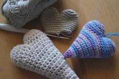 Háčkovaná srdcata-návod | ...to,co mě baví Fingerless Gloves, Arm Warmers, Crochet Hats, Diy Crafts, Blog, Handmade, Heart, Gifts, Hearts
