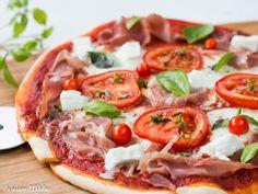 Une recette de pizza au jambon cru, tomate et mozzarella comme en Italie! Une pâte croustillante et moelleuse et une pizza pleine de saveurs