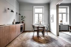 The eye catcher of this home is definitly the big kitchen with the wing doors to the living room which are both scarcely decorated to let the beautiful old architecture speak for itself. The dark wood