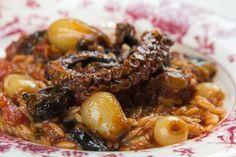 Όλα τα μυστικά για να φτιάξετε υπέροχο χταπόδι στιφάδο νηστίσιμο με κριθαράκι σε μια πρωτότυπη συνταγή που θα εκπλήξει!
