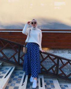 Chic Hijab Outfit Ideas With Pattern Skirt Tesettür Etek Modelleri 2020 Modest Fashion Hijab, Modern Hijab Fashion, Street Hijab Fashion, Hijab Fashion Inspiration, Muslim Fashion, Skirt Fashion, Fashion Outfits, Long Skirt Outfits, Casual Dress Outfits