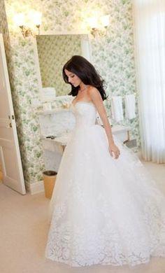 Used Oscar de la Renta Wedding Dress 12E04, Size 6 | Get a designer gown for (much!) less on PreOwnedWeddingDresses.com