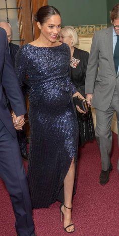 dc5d86c666d19 Meghan Markle sublime dans une robe Rouland Mourent scintillante à 4085 €  qui moule son ventre