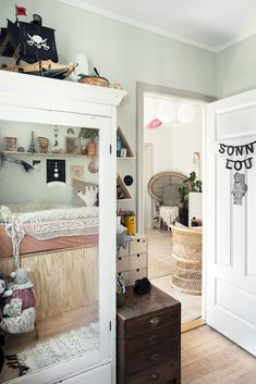 Beautiful Eclectic Style for a Kid's Room https://petitandsmall.com/beautiful-eclectic-style-kids-room/