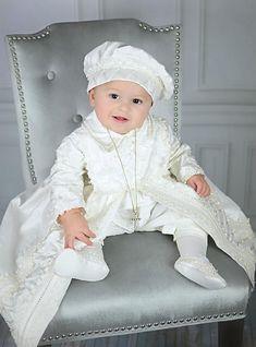 Ropon para niño Bubvus, modelo B001 Este elegante ropon para bautizo esta hecho a mano por artesanos Mexicanos, diseñado y confeccionado de acuerdo al tradicional estilo europeo de ropones incluye el traje, faldon y gorrito que les combina. El faldon es desmontable es decir que se puede