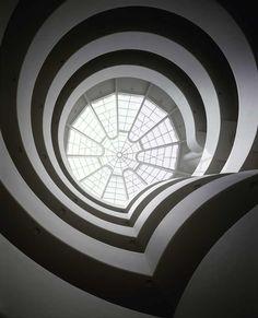 El Museo Solomon R. Guggenheim en Nueva York es sin duda uno de los más celebrados y a la vez más polémicos edificios de la arquitectura moderna. Es, junto a la Casa de la Cascada, la obra más famosa del maestro norteamericano Frank Lloyd Wright, quien recibió el encargo del museo a sus 76 años.