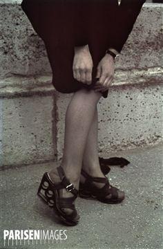 Guerre 1939-1945. Chaussures  Swing  en fibres de verre, Paris. Photographie d'André Zucca (1897-1973). Bibliothèque historique de la Ville de Paris.