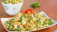This simple Thai chicken salad has incredible flavors - peanuts, mint, honey and lime. Topped with a delicious homemade dressing. Healthy and fresh. Sub coconut aminos for the soy sauce for gluten free Lunch Snacks, Healthy Snacks, Healthy Eating, Healthy Recipes, Fast Recipes, Healthy Breakfasts, Lunches, Delicious Recipes, Salada Light