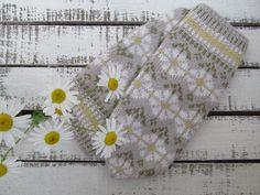 Daisy Mittens Knitted Mittens Pattern, Crochet Mittens, Knitted Gloves, Knit Crochet, Knitting Designs, Knitting Projects, Knitting Patterns, Knitted Christmas Stockings, Christmas Knitting