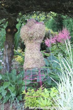 Garden girl - use a mannequin to form a chicken wire bust and tomato cage for the skirt #gardenart