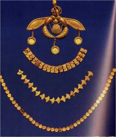 Κοσμήματα, όπως σκουλαρίκια («ενώτια»), βραχιόλια (ψέλλια), δαχτυλίδια, περιδέραια (από «περίαπτα», δηλ. κοσμήματα που κρέμόνταν στο λαιμό με αλυσίδα, συχνά ως φυλακτό και χάντρες), περόνες, «σφηκωτήρες», ελάσματα και μικρά οστέινα χτένια (κοσμήματα κεφαλής και ενδυμάτων), φαίνεται να ήταν αναγκαία για τη συμπλήρωση της εμφάνισης ανδρών και γυναικών σε κάθε επίσημη εκδήλωση.