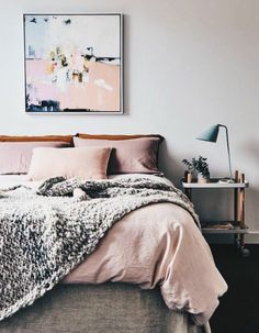 couelur-peinture-chambre-blanc-parure-de-lit-en-gris-et-rose-deco-murale-tableau-de-peinture-intéressant-decoration-chambre-fille