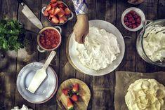 Fastelaven og morsdag på samme dag! På søndag er er det både fastelaven og morsdag. God grunn til å bake noe godt og slå to fluer i ett smekk! Fastelavensboller, med mindre kalorier, men like godt! Dette kan være en hyggelig aktivitet å gjøre sammen med barna. INGREDIENSER 100 g meierismør eller 1 dl rapsolje… Coconut Flakes, Hygge, Tapas, Healthy Snacks, Spices, Desserts, Food, Tailgate Desserts, Deserts