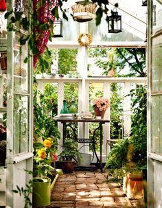 Tämä kasvihuone ja kahvitteluhuone on tehty purkutalojen vanhoista ikkunoista. Astu sisään!