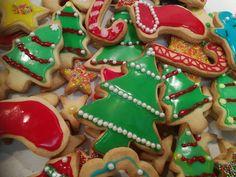 Παιχνιδιάρικα, πεντανόστιμα, τραγανά νηστίσιμα Χριστουγεννιατικα μπισκοτάκια Xmas Food, Sugar, Cookies, Sweet, Desserts, Christmas Recipes, Kitchen, Crack Crackers, Candy