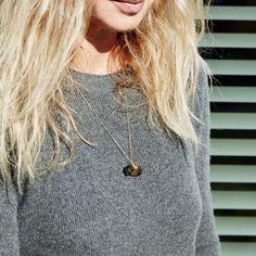 Rauchquarz - sieht nicht nur besonders aus, sondern besitzt eine unterstützende Wirkung für Lebensfreude. Shop Link In Bio 🔝#sosue #suzakohlstedtjewelry #quarz #rauchquarz #necklace #kette #jewelry #handmade #gold #accessories #fashion #trend #designerfashion #potd #ootd #editedgirls #grey #sminfinity #knit #chasmere #outfit #blondehair #style #fashionblogger #blogzine #lookoftheday #bloggerstyle #fashiontrend #streetstyle  #lifestyleblog